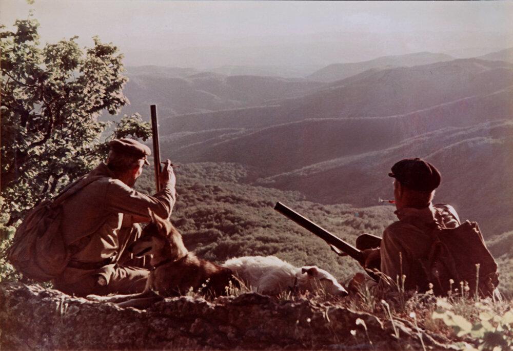 1960. Охотники на привале