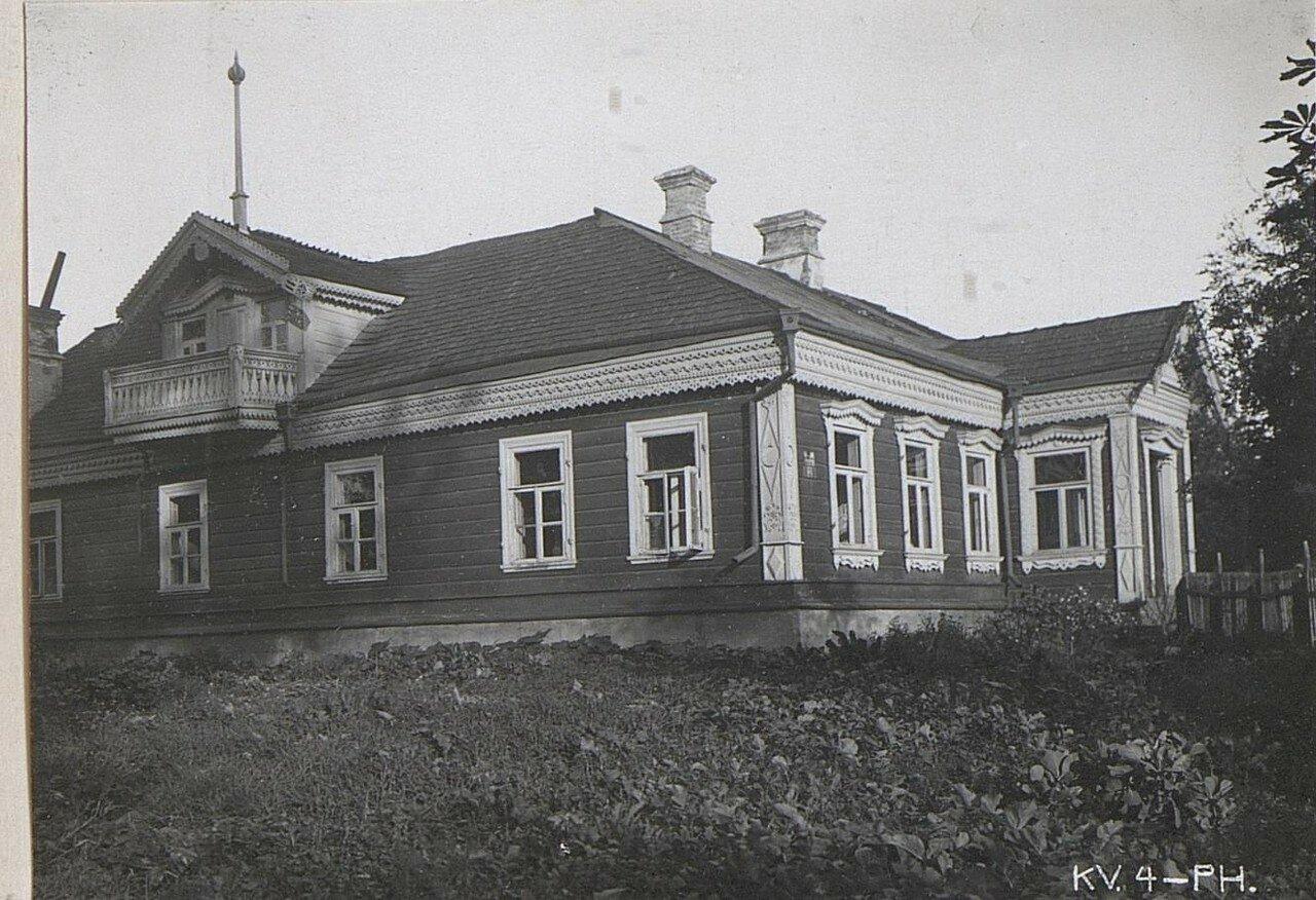 Дом с деревянной резьбой