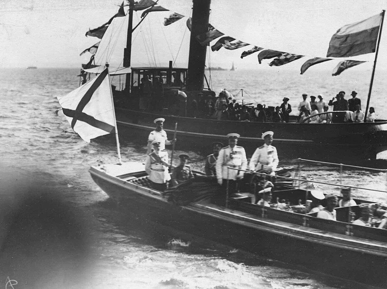 12. Великий князь Георгий Михайлович и сопровождающие его офицеры на военном катере «Петергоф» направляются к броненосцу «Франция». 7 июля 1914 г