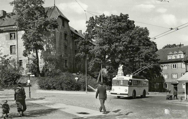 1937с Инстербург. Троллейбус у замка.jpg