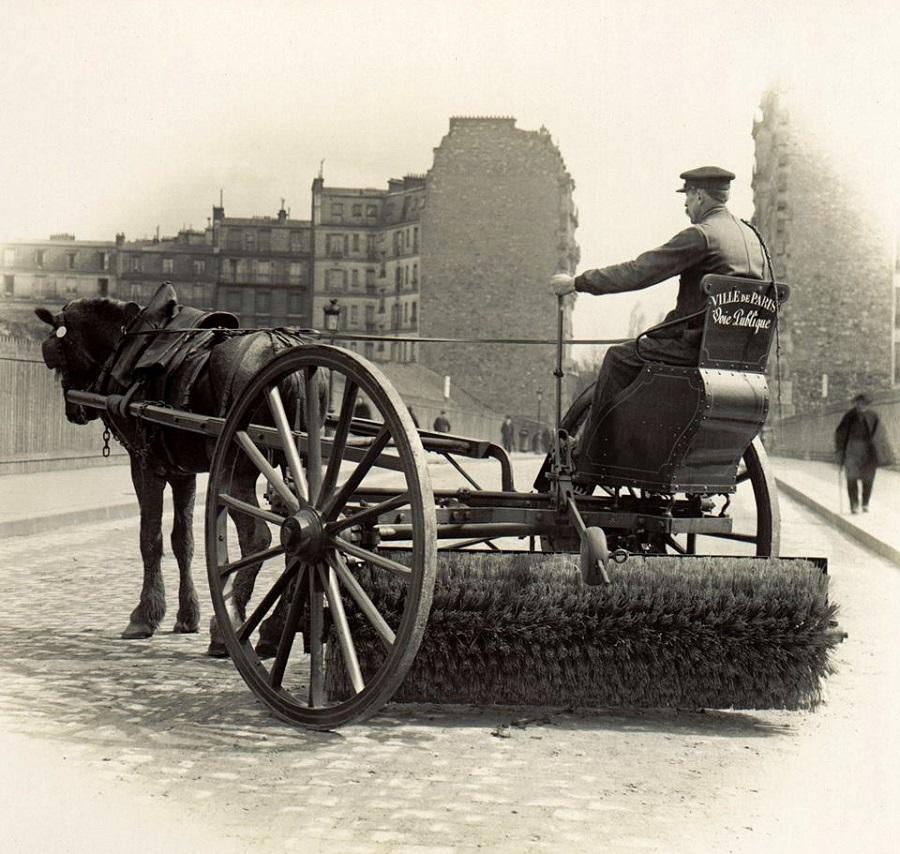 4 Balayeuse de Paris, vers 1900 Photo Atget.jpg