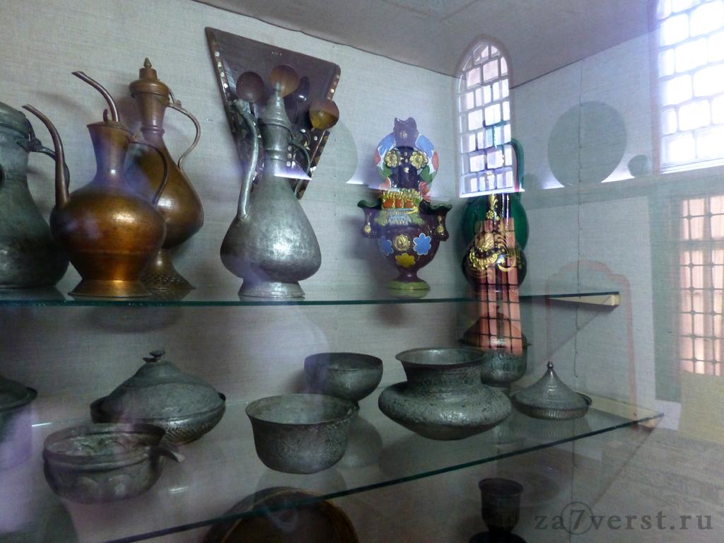 Посуда. Буфетная комната. Бахчисарайский дворец. Крым