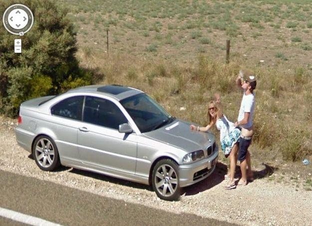Автомобиль Google снял, как парень и девушка занимаются сексом на обочине