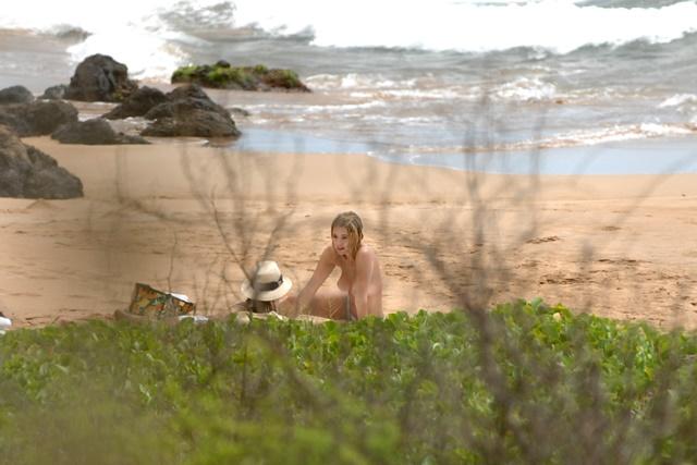 Актриса Эшли Бенсон не стесняется отдыхать топлес на Гавайях 0 1334a8 9a8701b5 orig