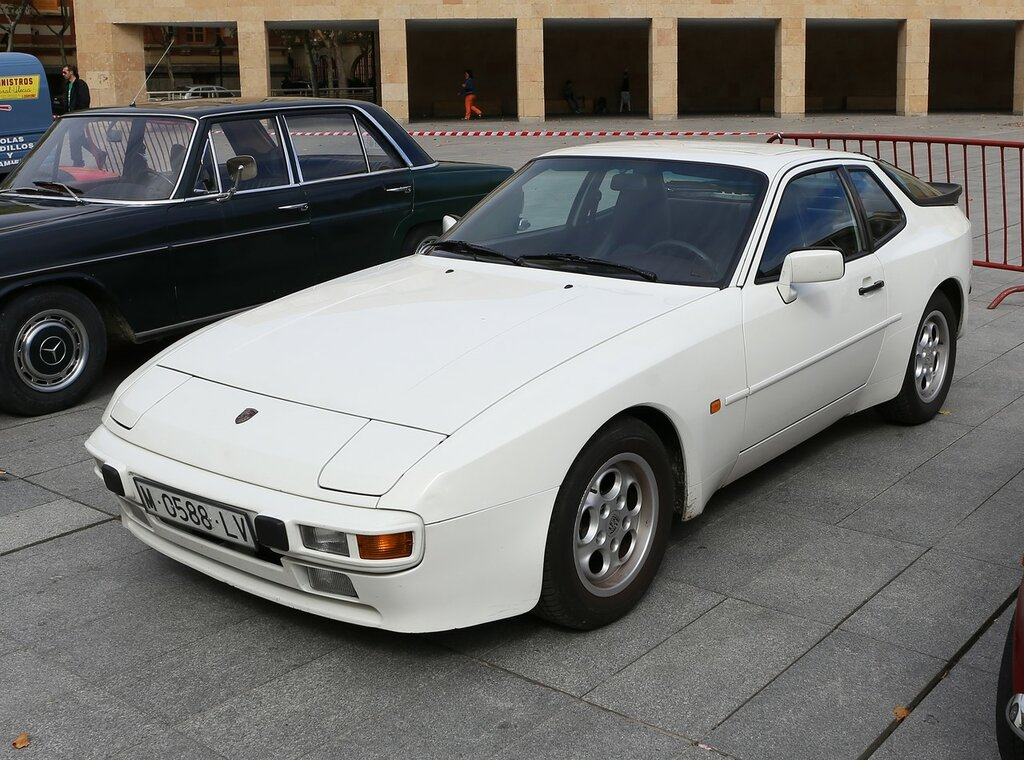 Парад ретроавтомобилей в Логроньо. Porsche 924