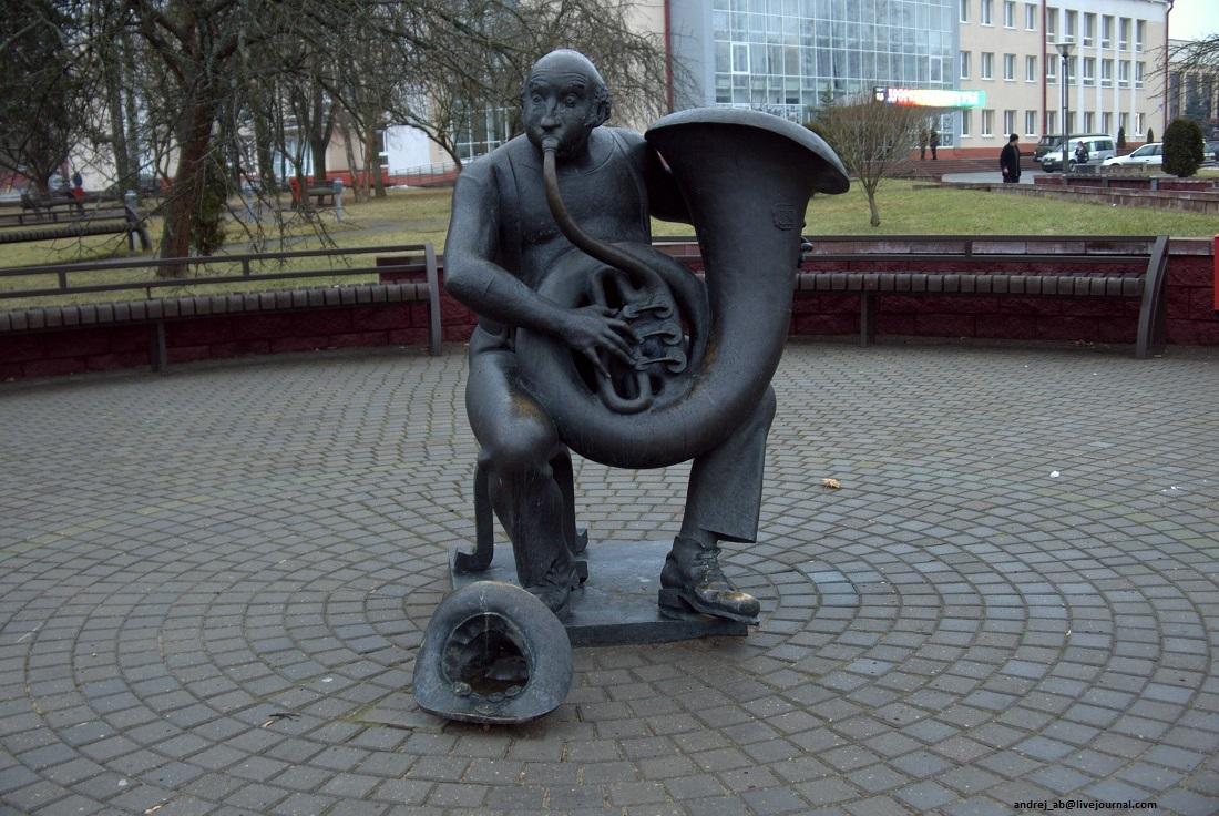 Памятник трубачу в Новополоцке.