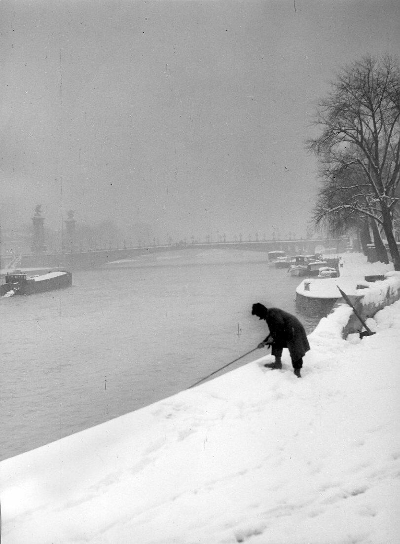 1945. Рыбак в снегу