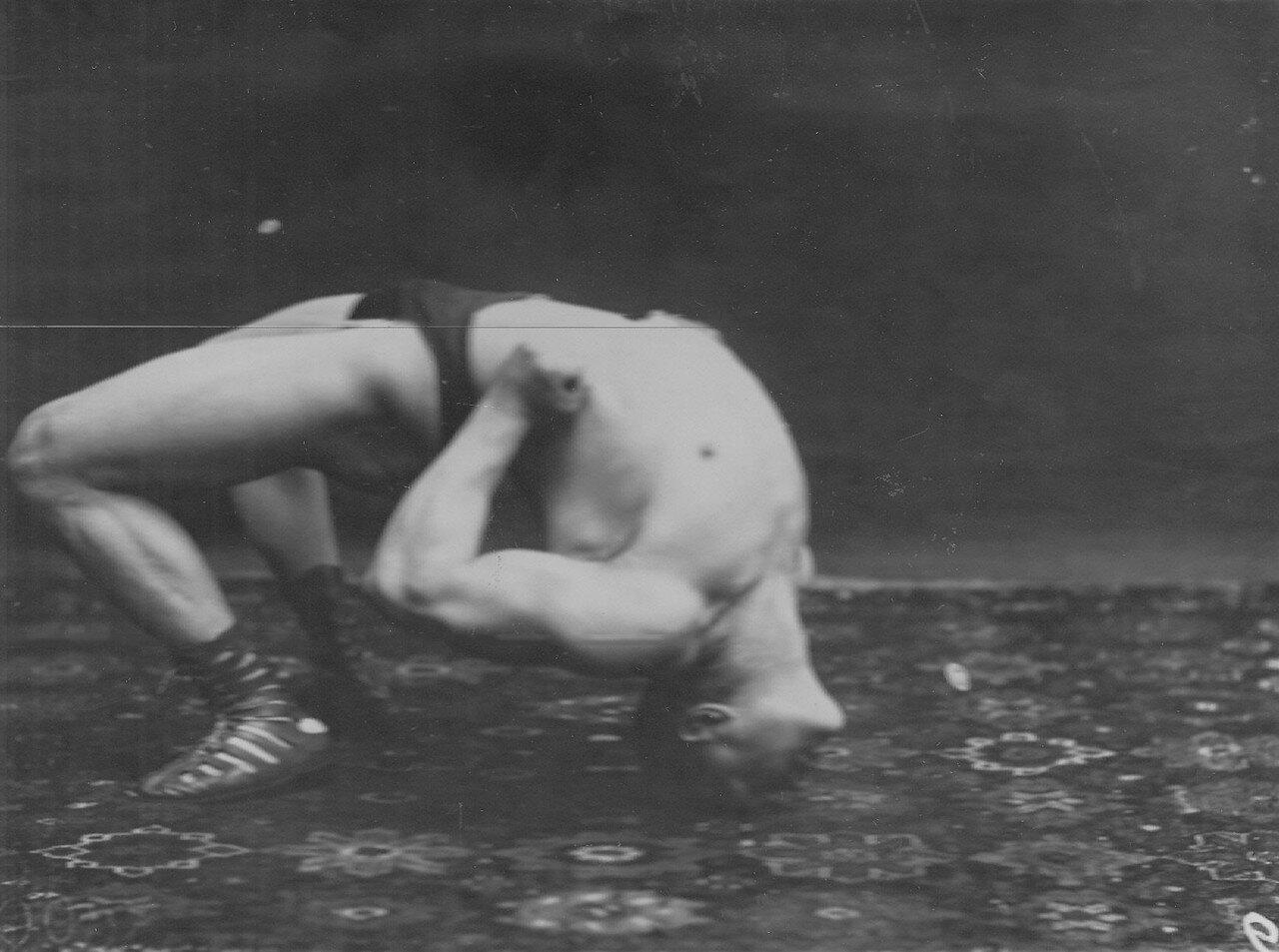 15. Г.Лурих, чемпион мира по классической борьбе, в стойке мостик