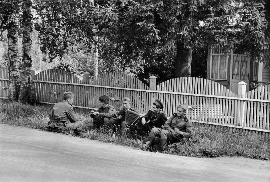 1954.Пятеро друзей ждут автобуса на «Золотом берегу», на пляже в курортной зоне на берегу Финского залива, в 40 км от Ленинграда