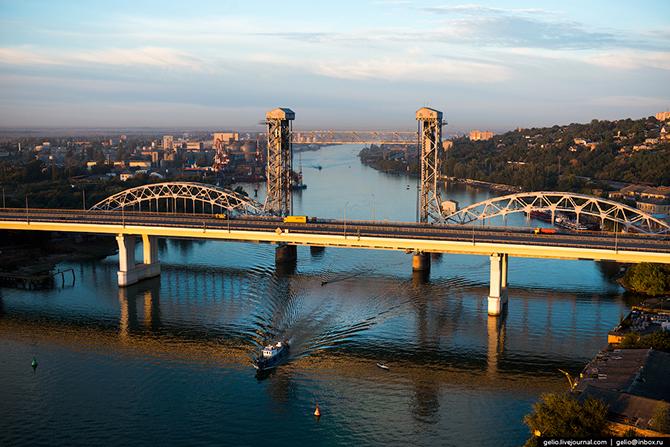 Ростовский разводной железнодорожный мост. Мост состоит из трех пролетов, средний из которых поднима
