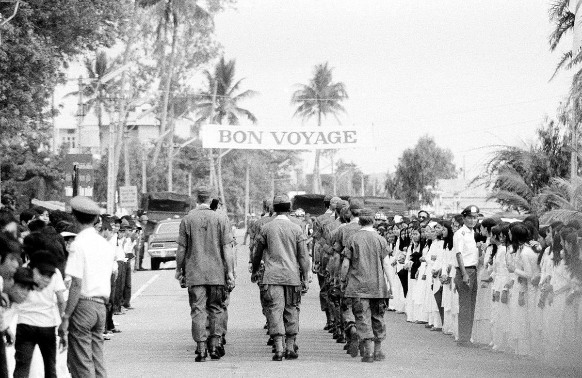 Bon voyage - Счастливого пути: Американские солдаты одного из последних подразделений армии США на территории Вьетнама идут маршем по улице после завершения церемонии прощания