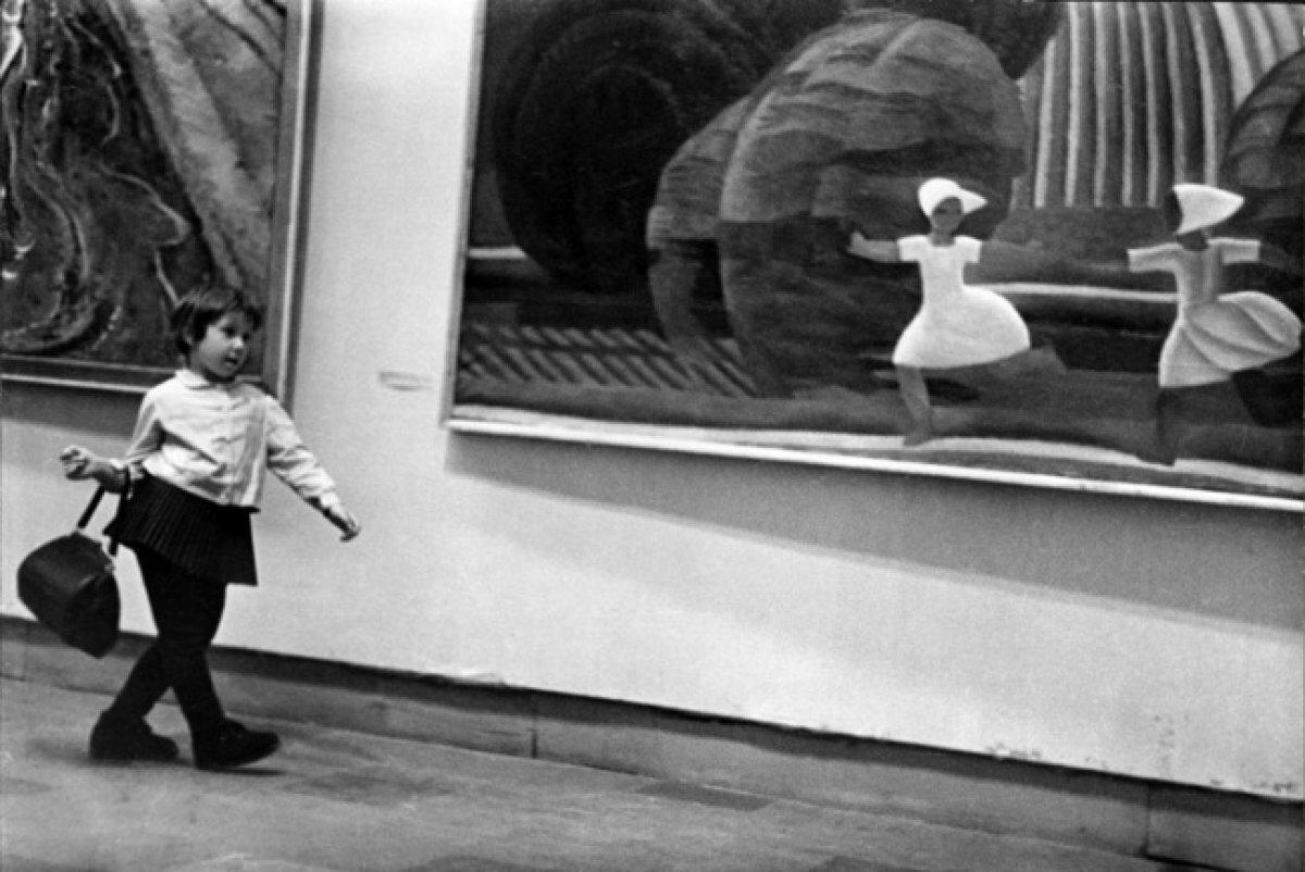 На выставке. Девочка с сумкой. 1960