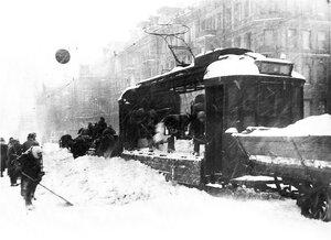 1942, 10 марта. Погрузка сколотого льда и снега в грузовой трамвай на проспекте 25-го октября