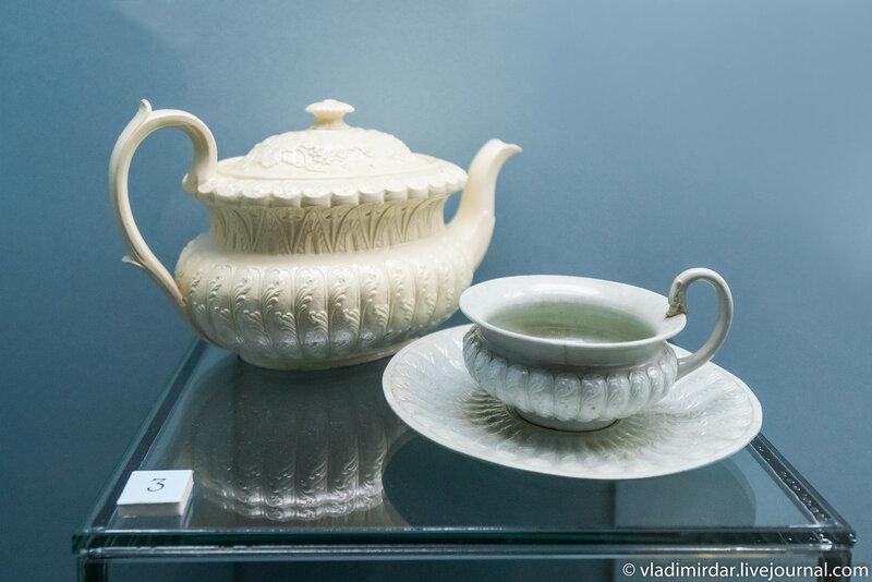 Чайник и чашка с блюдцем с рельефным декором, выполненная по английским образцам. Россия.