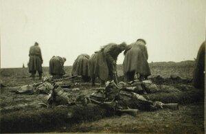 Солдаты одной из армейских частей за рытьем окопов.