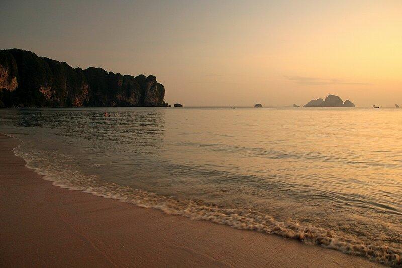Закат на пляже Ао Нанг: волны прибоя