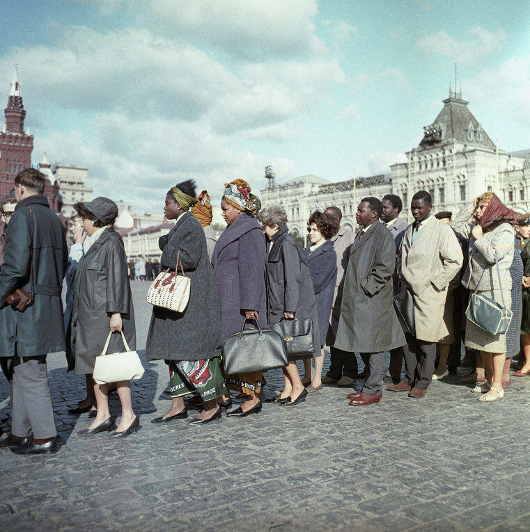 Тем временем гости из молодых освободившихся стран стояли в очереди к телу Ленина, 1965