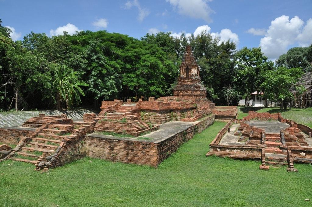 В Таиланде даже древние развалины в чистоте и порядке
