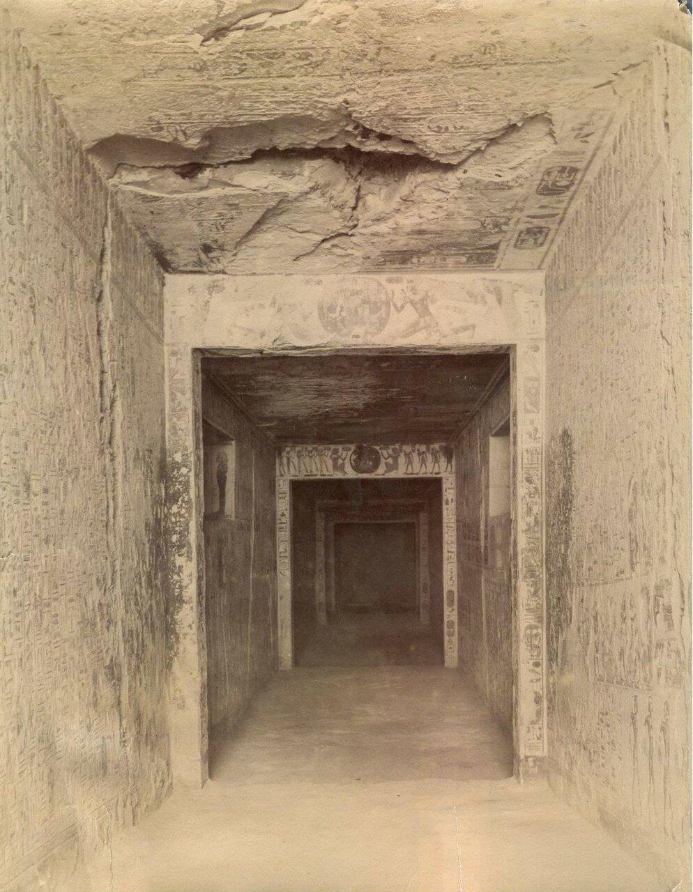 Долина Царей.  Интерьер гробницы Статуя Рамсеса II