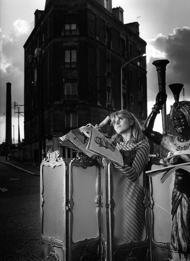 1969. Женские журналы у входа в отель Наполеона в Кламаре