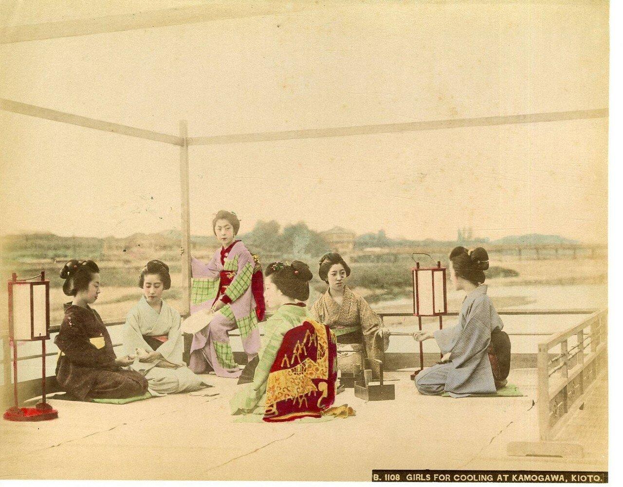 Киото. Девушки наслаждаются прохладой в Камогаве