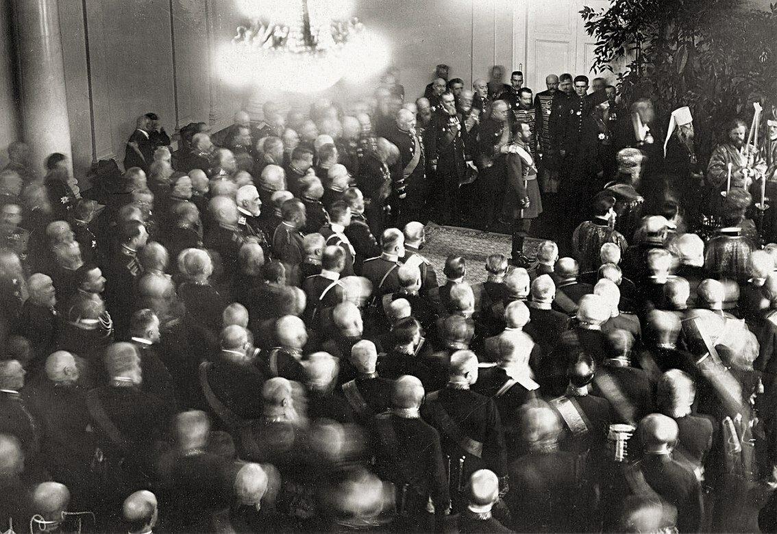 Император Николай II с группой сенаторов на молебне в церкви святого князя Александра Невского при правительствующем Сенате. 1914