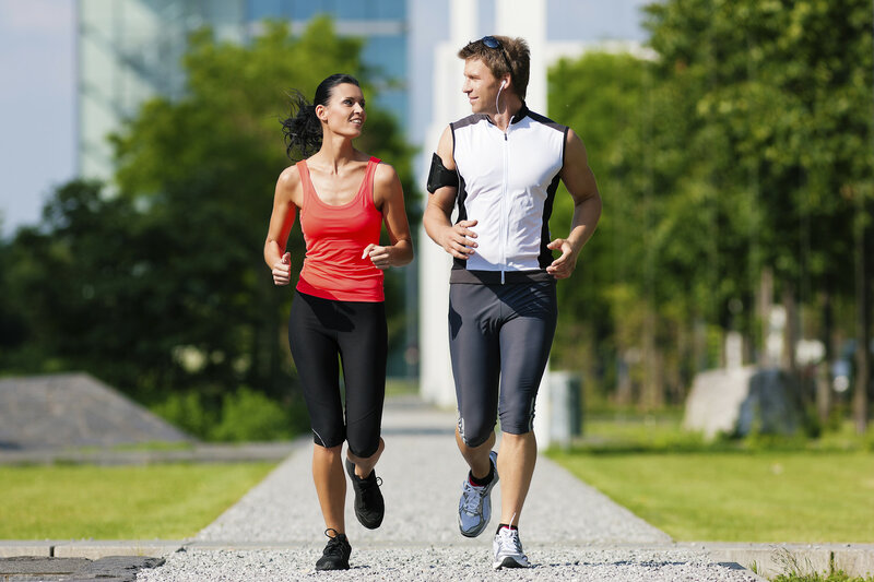 Мужчина и девушка бегут по городу.jpg