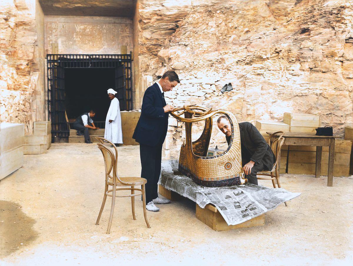Артур Мейс и Альфред Лукас работают над золотой колесницей из гробницы Тутанхамона за стенами «лабор