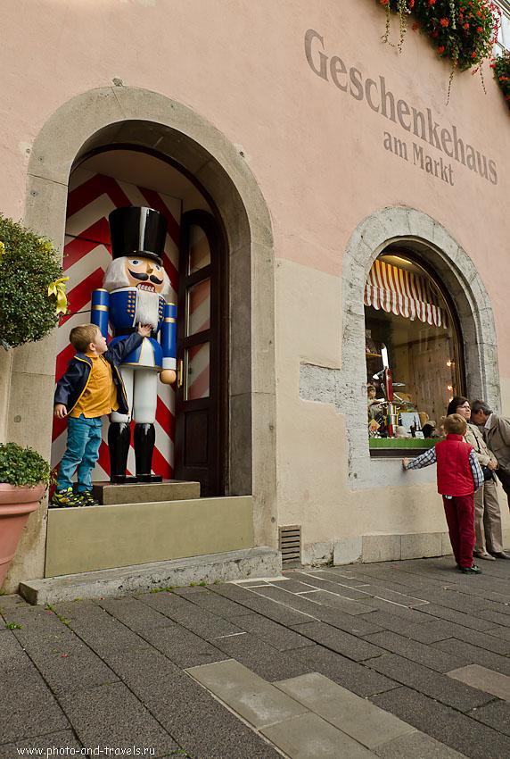 32. Попал в сказку... В городке Ротенбург-на-Таубере можно встретить героя произведений Андерсена.