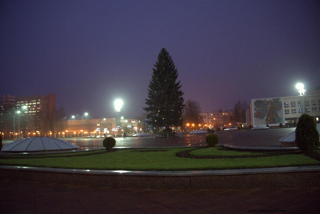 Ёлка на площади Строителей в Новополоцке, Беларусь.