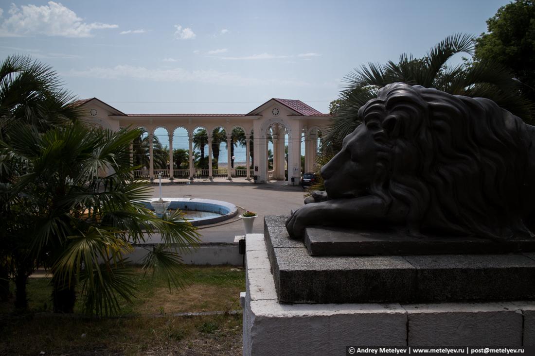 Колоннада и лев в Гаграх, фонтан еще не работает