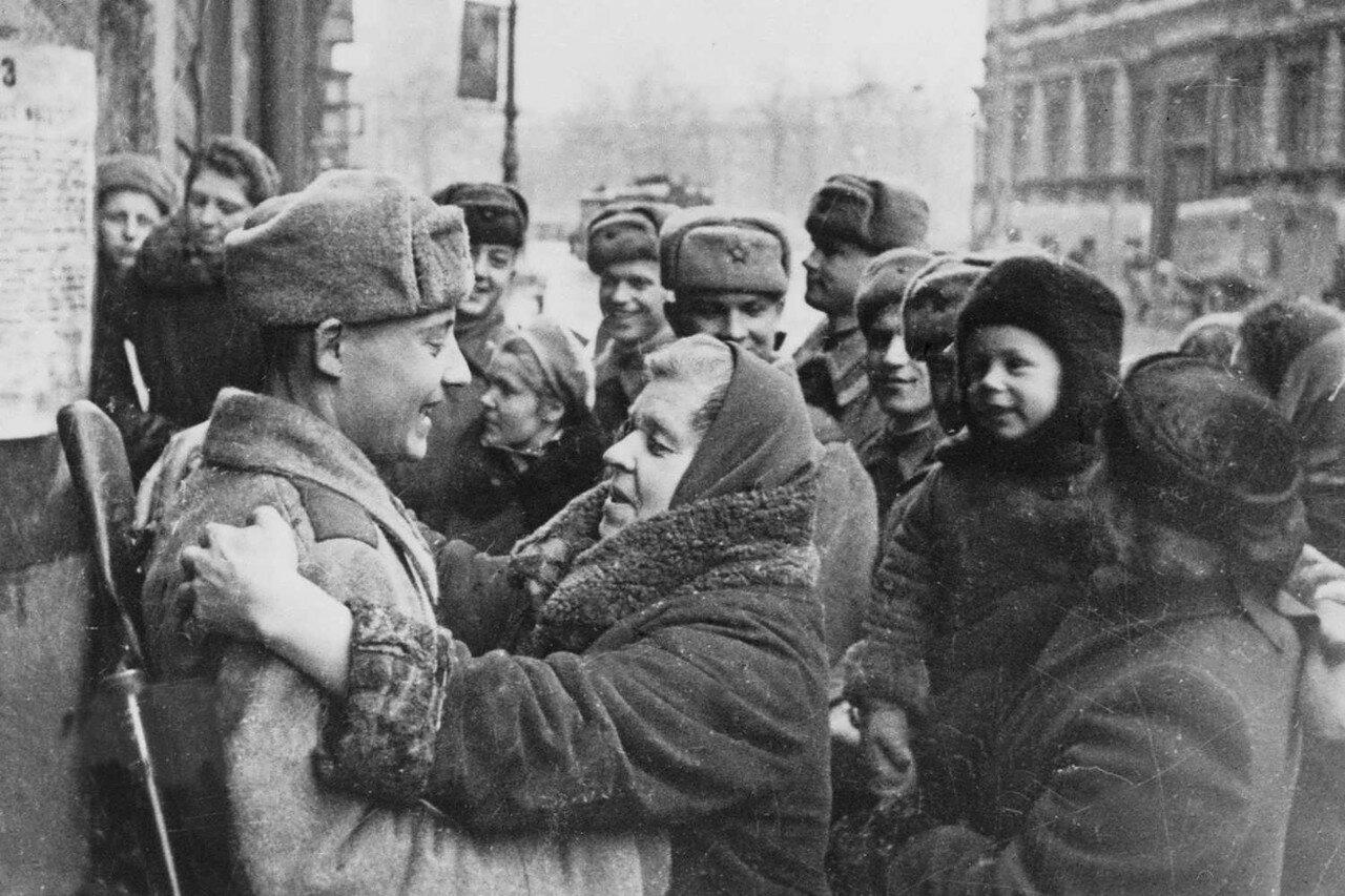Ленинградцы и красноармейцы у приказа войскам Ленинградского фронта о снятии блокады города
