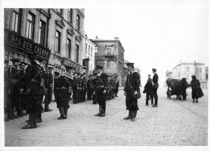 1918. Владивосток.  Английский моряки патрулируют возле британского консульства