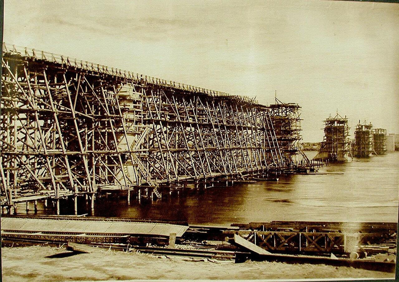 09. Установка подмостей перед сборкой ферм в ходе строительства моста через р. Зею