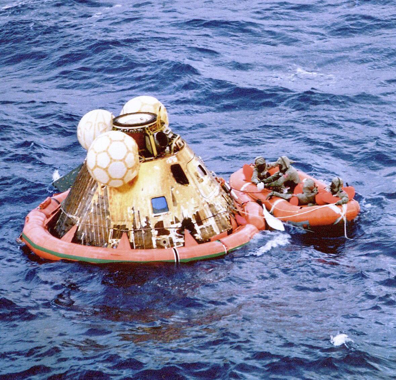 В 195 часов 03 минуты 06 секунд полётного времени «Аполлон-11» на высоте 122 км от поверхности Земли вошёл в плотные слои атмосферы со скоростью 11 км/с. Через 15 минут корабль приводнился в 3 км от расчётной точки и в 24 км от авианосца «Хорнет»