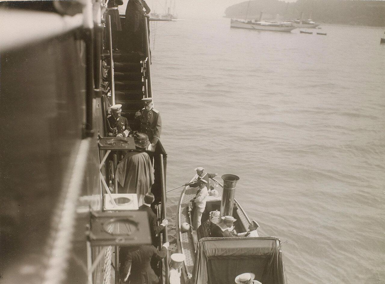 01. Николай II встречает членов британской королевской семьи, поднимающихся на борт Императорской яхты «Штандарт»