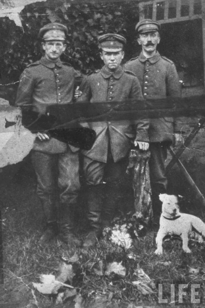 Доброволец Гитлер (справа) в составе 2-го баварского пехотного полка Баварской армии во время Первой мировой. 1916 год