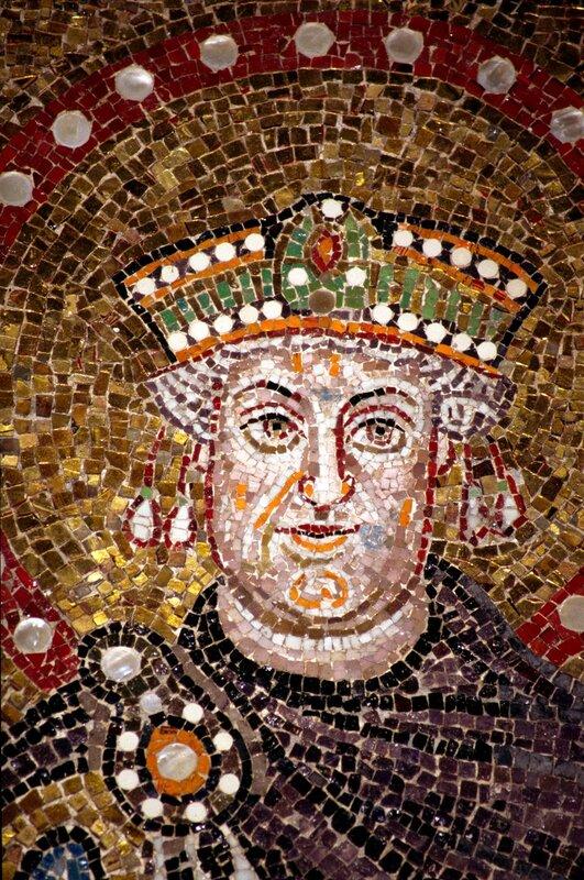 Святой Император Иустиниан (Юстиниан). Мозаика церкви Сант- Аполлинаре-Нуово в Равенне. VI век. Фрагмент.