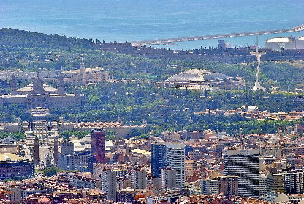 À esquerda na foto é o Estádio Olímpico de Montjuic