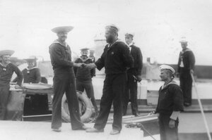 Братание русских и немецких моряков во время встречи двух императоров.