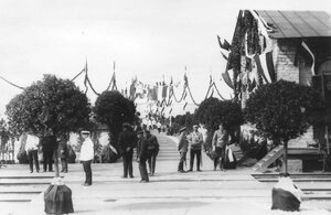 Группа встречающих германского императора Вильгельма II у полотна железной дороги.