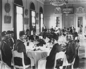 Персидский шах Мозафар-эд-дин, члены миссии и русские офицеры на завтраке в Иранской миссии (Бассейная ул., 15).