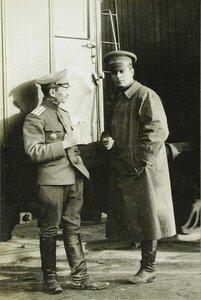 Полковник Асанович ( слева) и корреспондент Дейли Миррон у поезда.