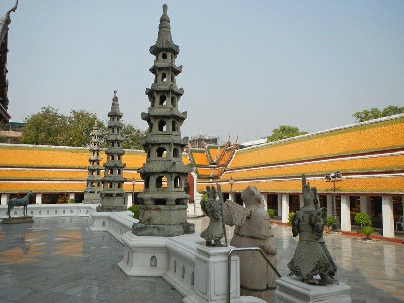 Вторая терасса храма Ват Сутхат (Wat Suthat Thep Wararam) в Бангкоке