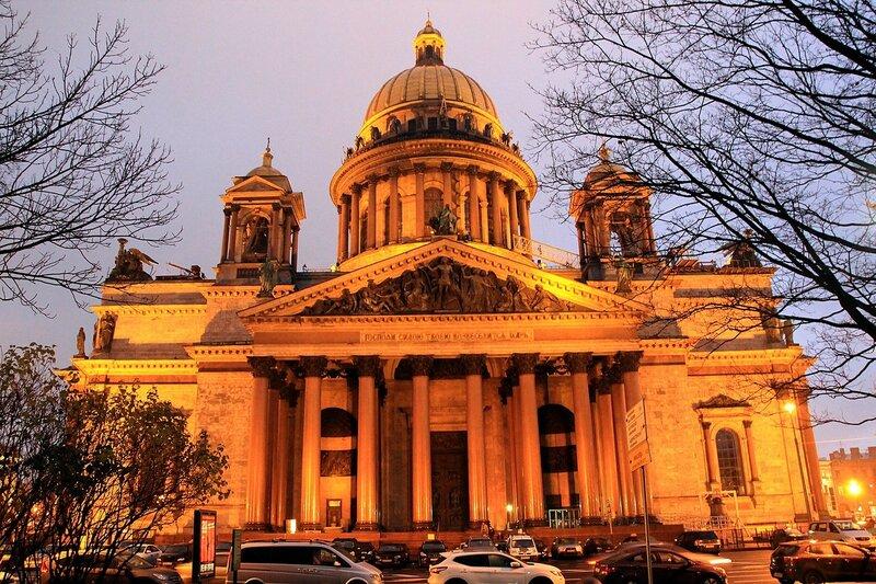 Исакиевский собор в Санкт-Петербурге, освещённый ночной подсветкой. Вид со стороны Адмиралтейского проспекта из Александровского сада.