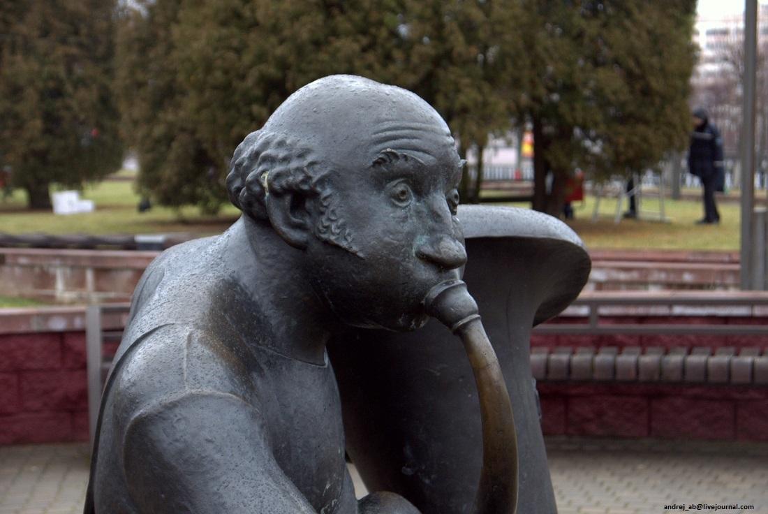 Памятник трубачу крупным планом.