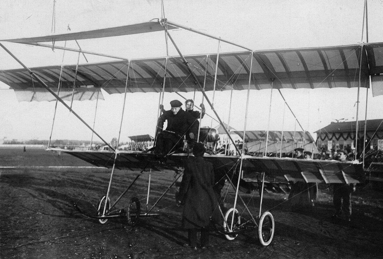 04. Авиатор М.Н.Ефимов с пассажиркой на биплане перед началом полета