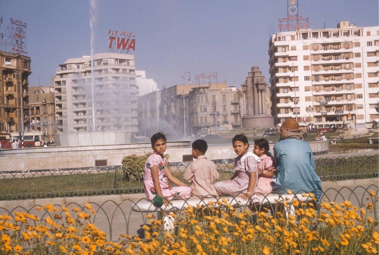 Дети на скамейке у фонтана