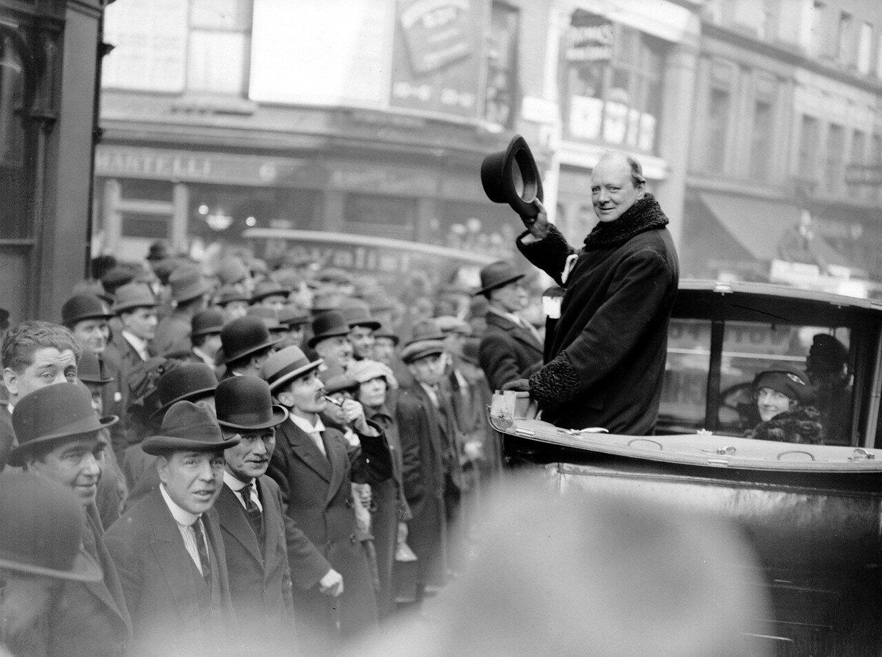 1924. Уинстон Черчилль обращается к толпе после поражения на выборах