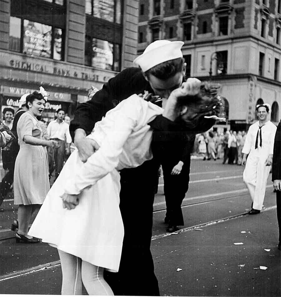 Kissing the War Goodbye.The Kiss,Поцелуй 14 августа 1945.(950) Таймс-сквер фотограф: Альфред Эйзенштадт